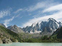 Верхнее Шавлинское озеро у подножья главной гряды Северо-Чуйского хребта