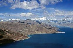 Озеро Ямдрок Цо лежит в 110 километрах к югу от Лхасы, на высоте 4 441 м